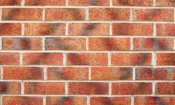Comment enlever des taches blanches sur des briques ?