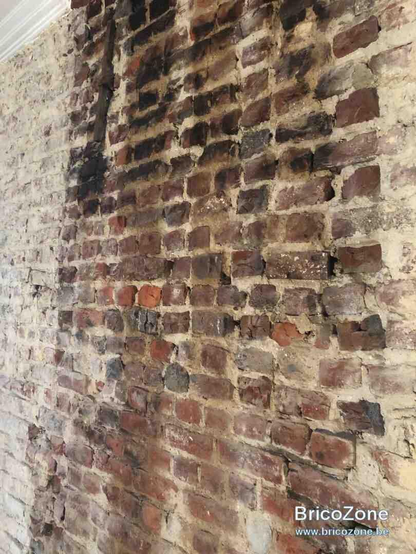 Comment enlever la peinture sèche des briques?