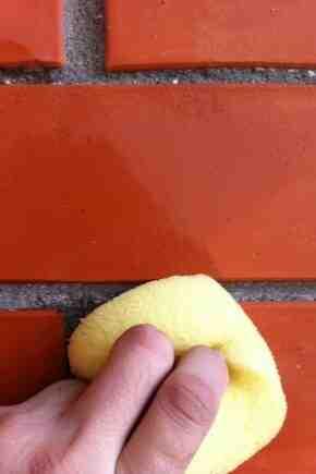 Comment enlever les taches noires des briques?