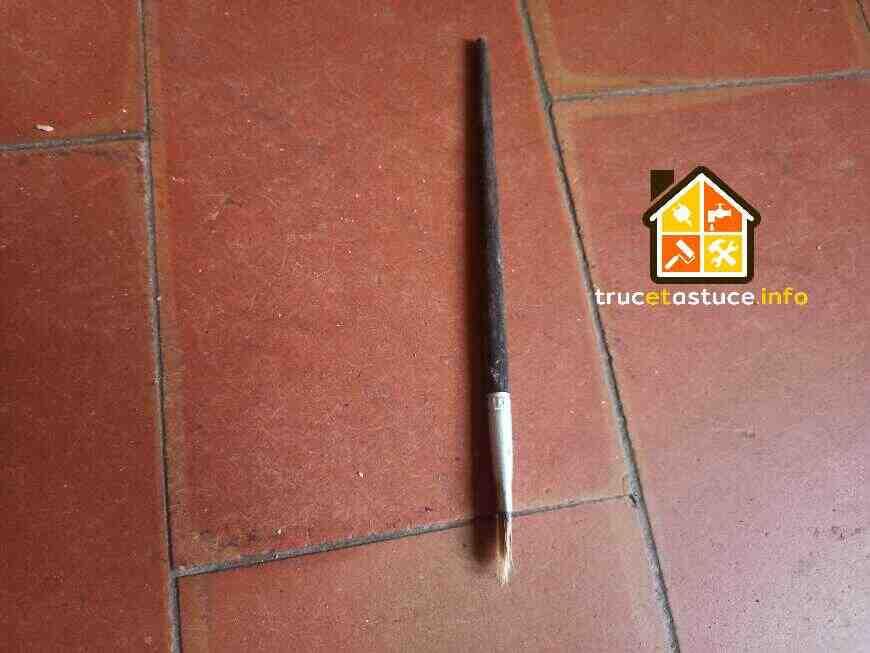 Comment enlever la peinture sèche de la brique ?