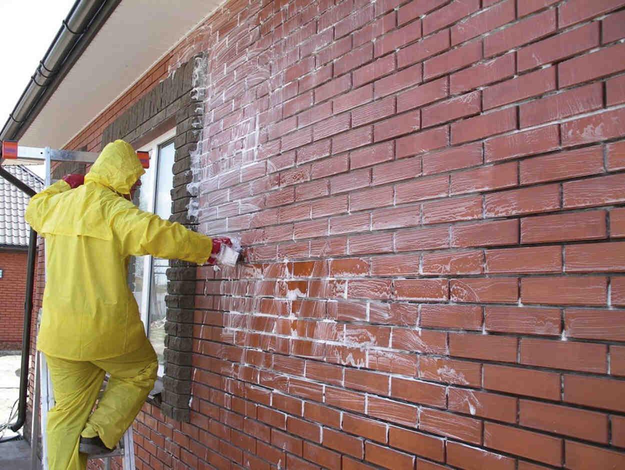 Comment enlever la peinture blanche de la brique ?